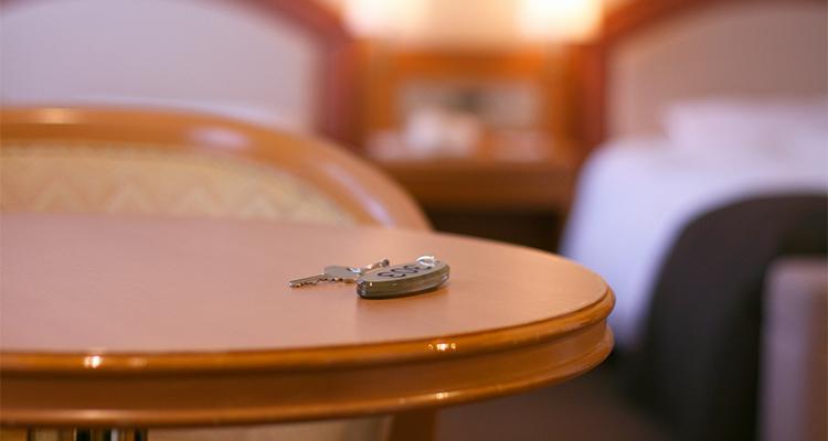 テーブルの上に残されたルームキー
