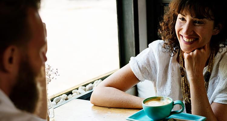カフェで話し込むカップル