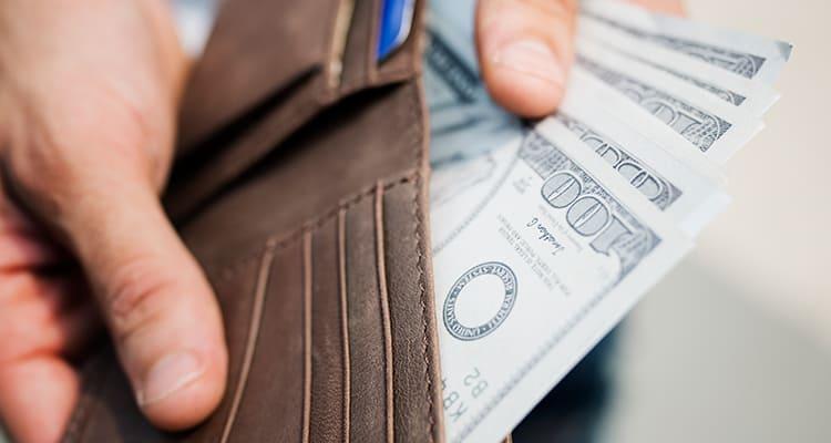 お金を取り出すイメージ
