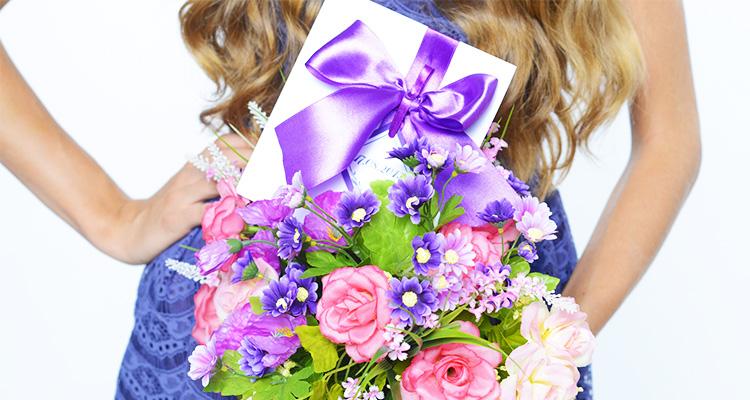 プレゼントと花を受け取ったパパ活女子