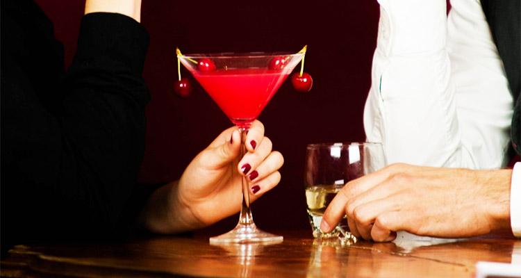 バーでお酒を飲む男女