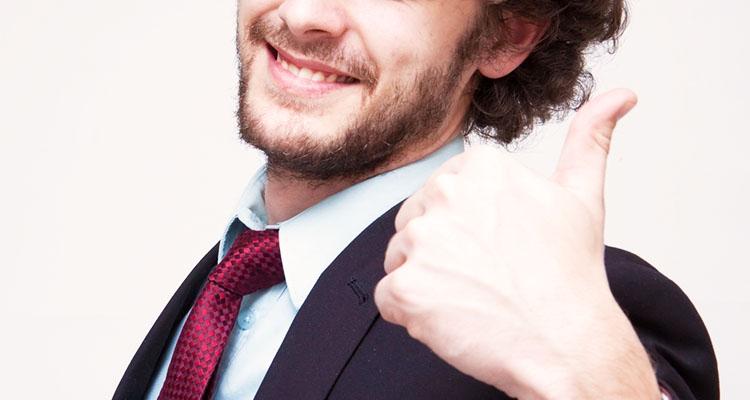 親指を立てて笑顔のパパ男性