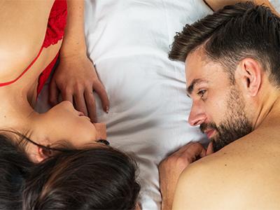 ベッドの上の男女