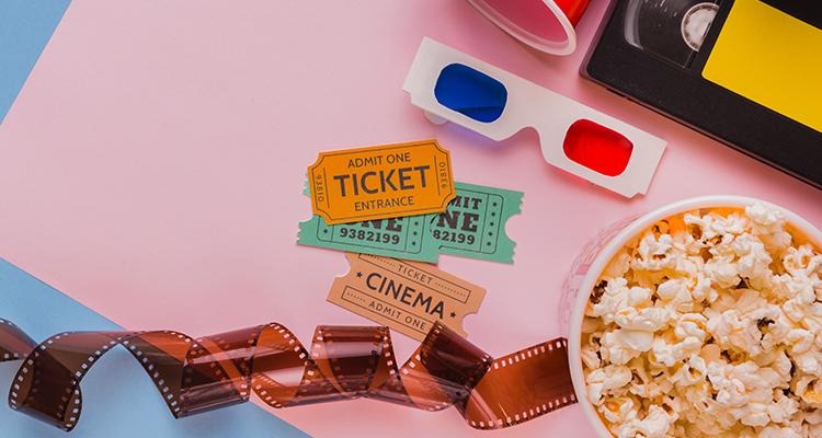 映画のチケットとポップコーン