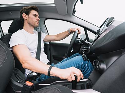 外車を運転するイケメン男性