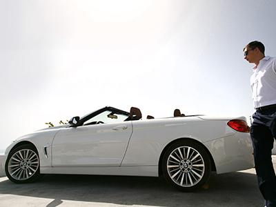 高級車を所持する男性