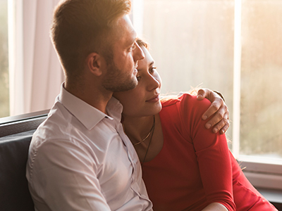 包容力のある男性が女性を優しく抱き寄せるイメージ