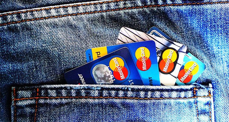 ポケットからはみ出したクレジットカード