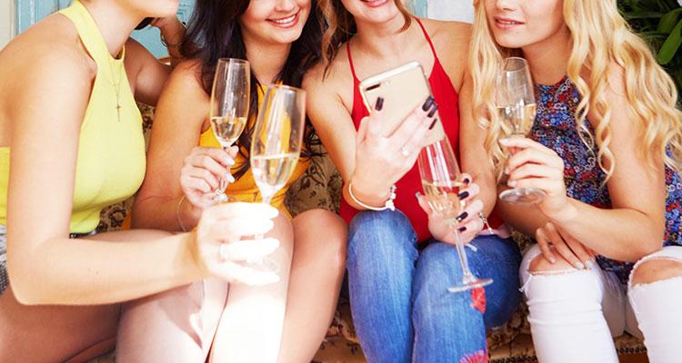 glassを利用する女性たちのイメージ