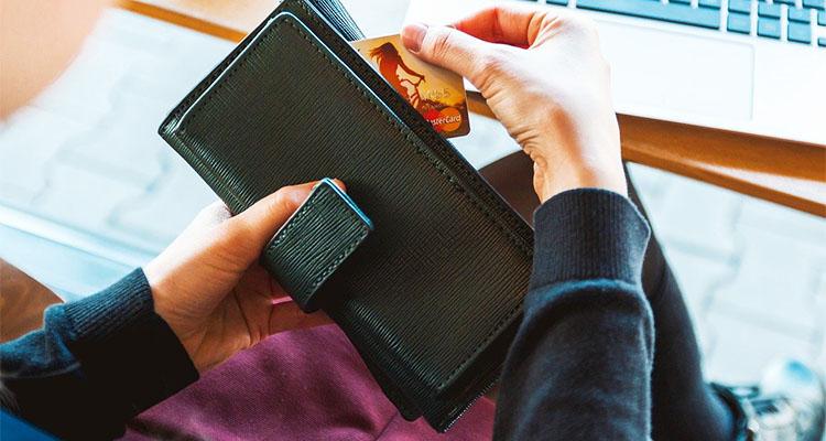 クレジットカード情報を登録する女性キャスト