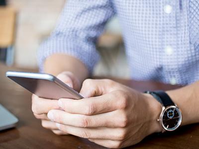 スムーズにアプリを操作する男性のイメージ