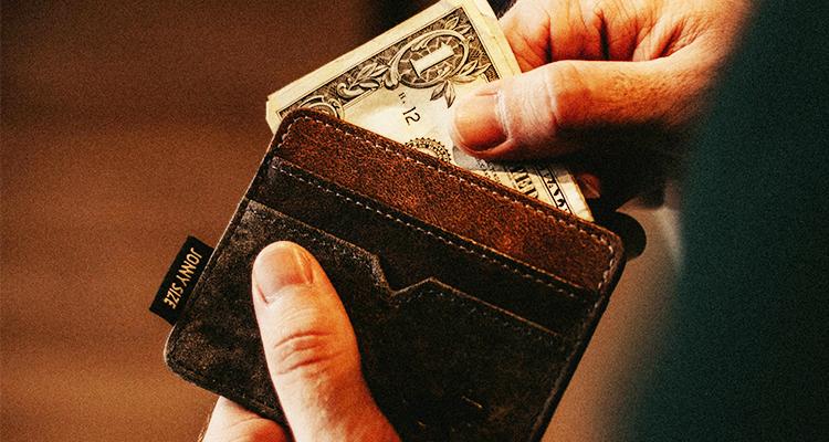 財布からお金を出す男性の手元