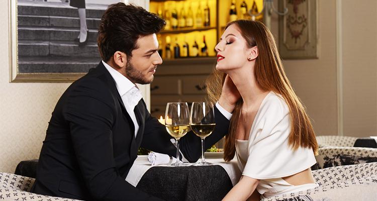 デート中に女性を観察する男性