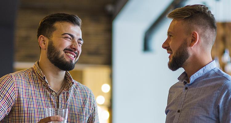 パパ活の話題で盛り上がる男性たち