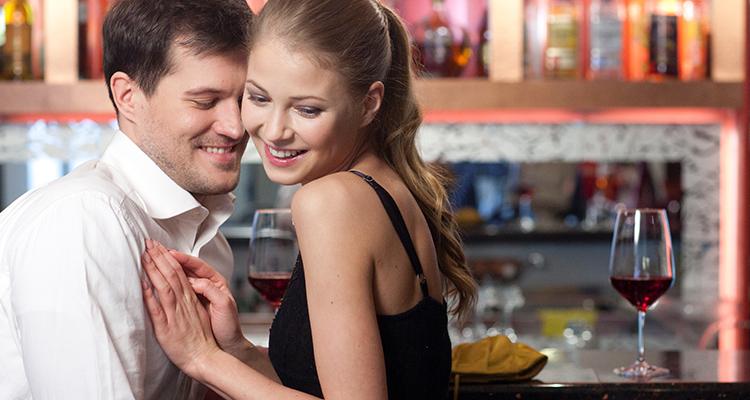 バーでデートするカップル