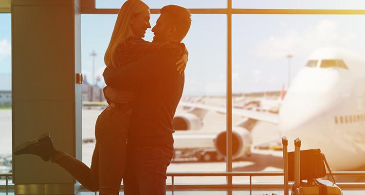 旅行に行くカップル