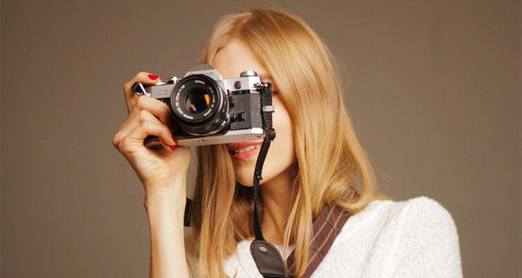 写真撮影するパパ活女子