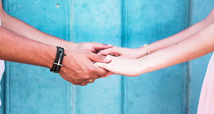 手を取り合うパパ男性とパパ活女子