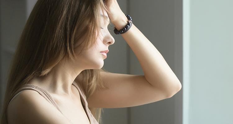 不安を抱く女性