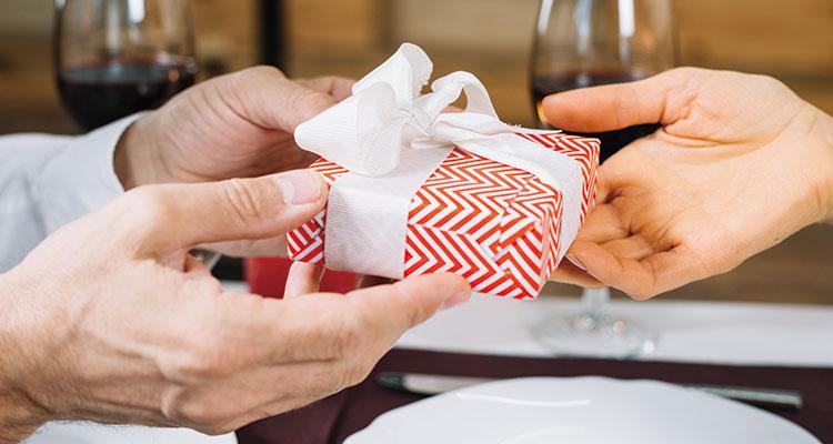 高級レストランでプレゼントを渡す様子
