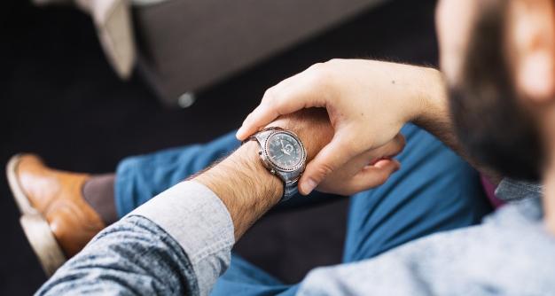 """""""時計を気にしている男性"""""""