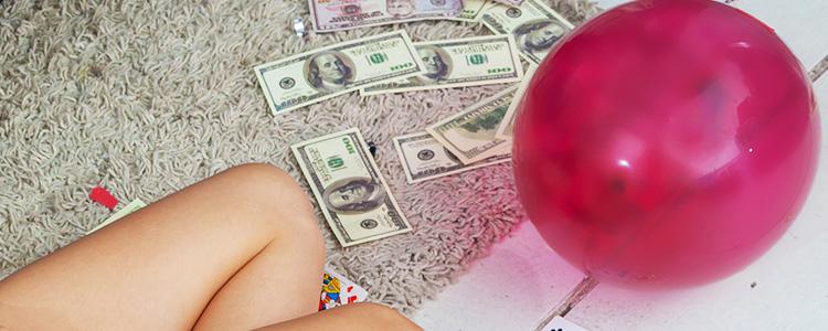 床に散ったお金とパパ活女子の脚