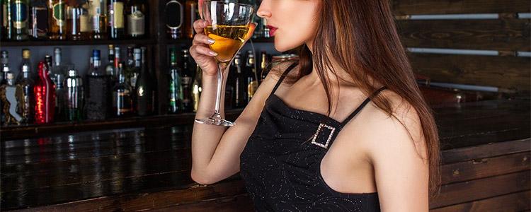 バーで一人で飲む女性