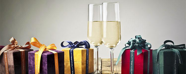 並んだプレゼントの箱とシャンパン