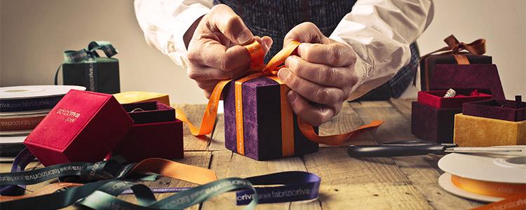 プレゼントを準備するパパ男性