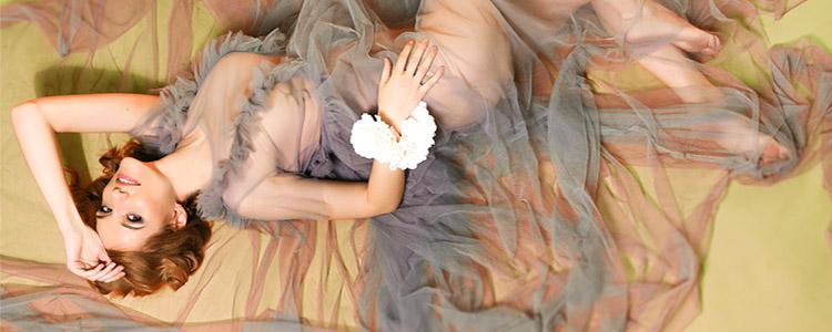 セクシーな衣装で横たわるパパ活女性