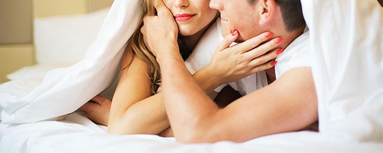ベッドの中のパパ男性とパパ活女性