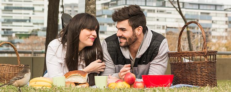 低予算デートを楽しむカップル