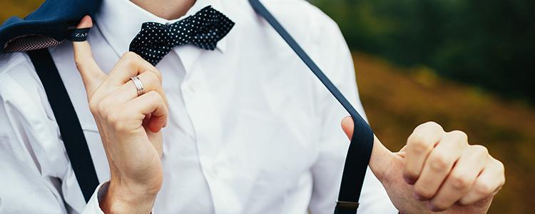 蝶ネクタイで浮かれる男性