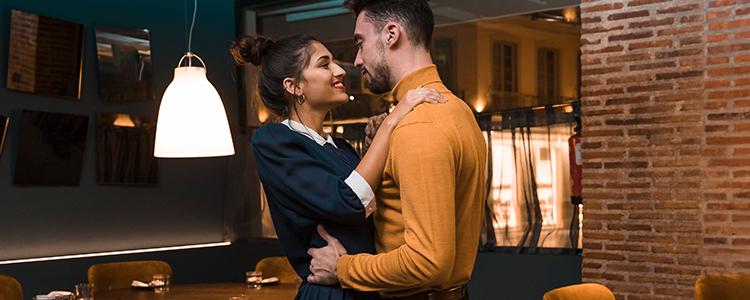 レストランで見つめ合うカップル