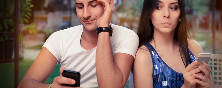 妻に隠れながら出会いアプリを使う男性