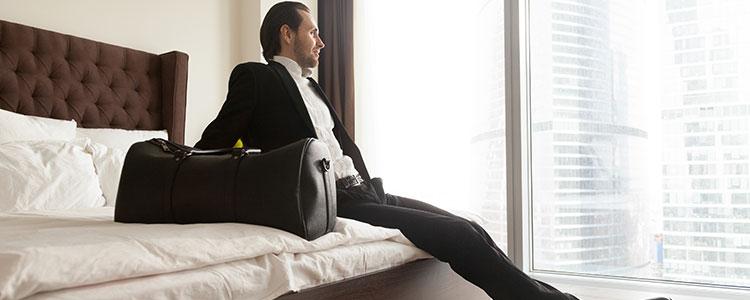 出張先のホテルで寛ぐパパ活男性
