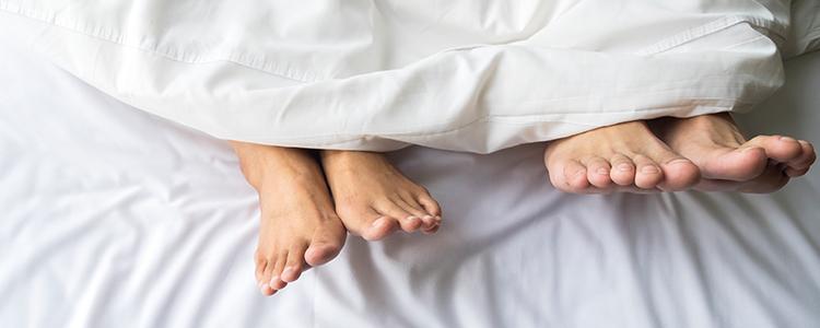 ベッドインしている男女
