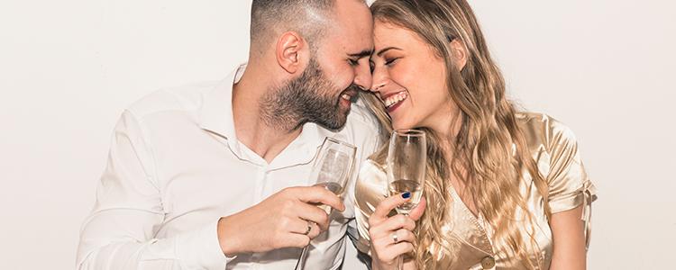 ひと晩限りのパーティーを楽しむカップル