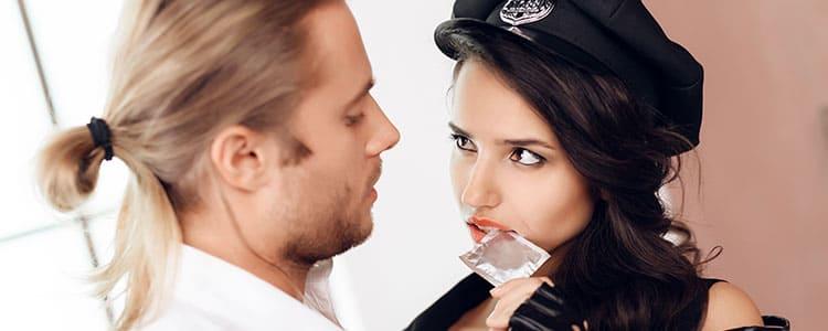 警官コスチュームでパパ活紳士を誘惑する女性