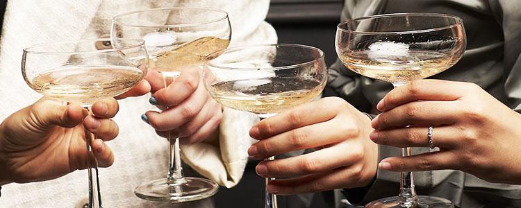 乾杯するギャラ飲み女子