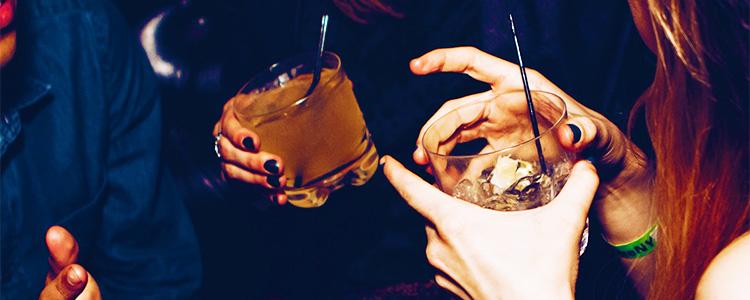 女性キャストとお酒を飲む