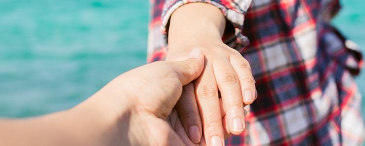 若い女性の手を取るイメージ