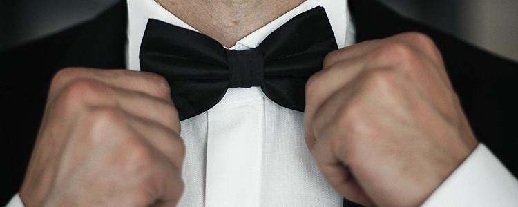 蝶ネクタイを締める様子