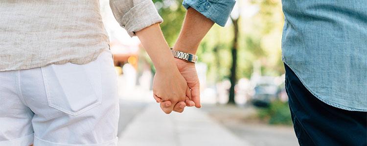 手をつなぐママ活女性とママ活男性