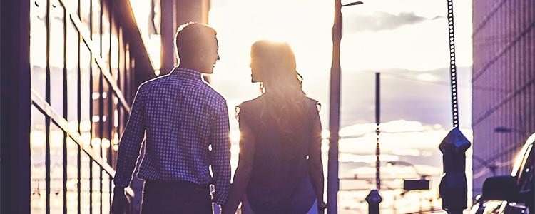 街でデートをするパパ活女子とパパ